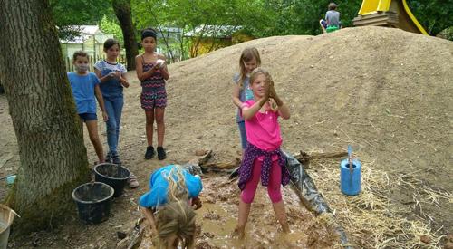 Kinder spielen im Lehm