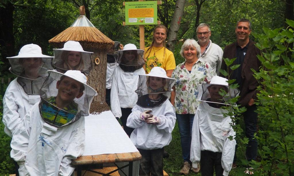 Klotzbeute, Bienenkinder, Herr Arta von den Stadtwerken, Herr Edelmann vom Bienenzuchtverein, Imkerin Ruth Wasinger und Dreieichhörnchen Jojo